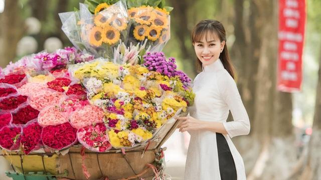 Á hậu Kim Duyên điệu đà đi phố hoa dịp cận Tết