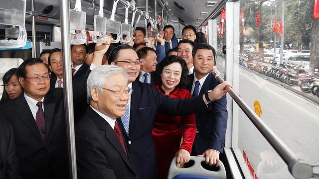 TIN TỐT LÀNH MÙNG 1 TẾT: 900 du khách 'xông đất' Đà Nẵng, Tổng Bí thư bách bộ quanh Hồ Gươm