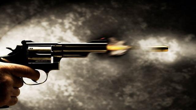 Dùng súng rởm đe dọa không xong, vung mã tấu chém người