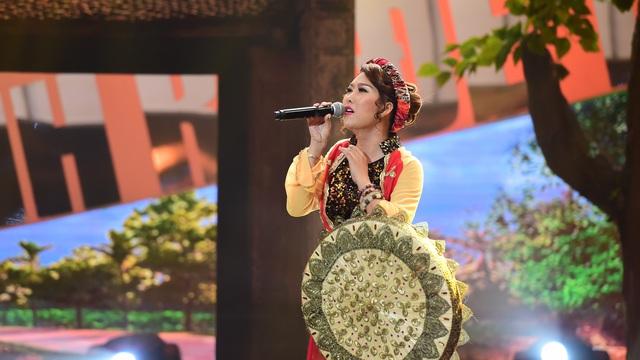 """Việt Hương """"toát mồ hôi"""" khi nghe Phi Thanh Vân hát dân ca trên sóng VTV"""