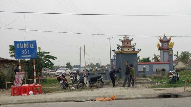 Trông xe giá chát, tận dụng nghĩa trang làm bãi giữ xe đền Trần
