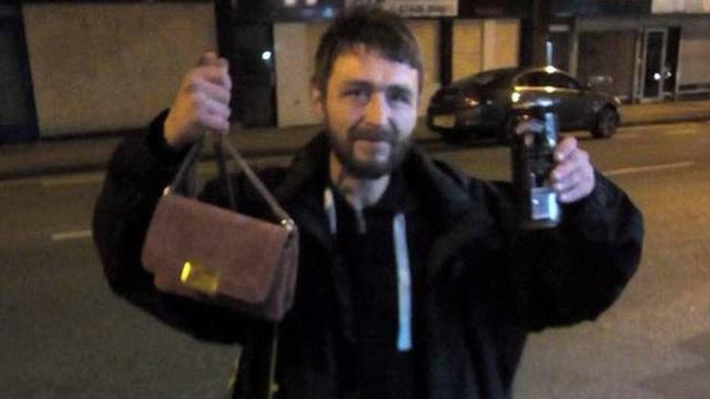 Người đàn ông vô gia cư phải nhịn đói vì không có tiền vẫn quyết tâm tìm chủ nhân đánh rơi túi xách suốt 2 ngày trời để trả lại