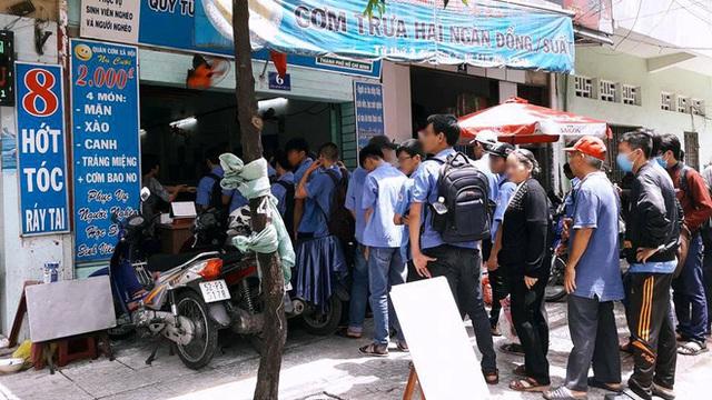 Sinh viên xếp hàng ăn cơm từ thiện: Uống trà sữa 70 nghìn bị chửi, giờ ăn cơm 2 nghìn cũng bị chửi