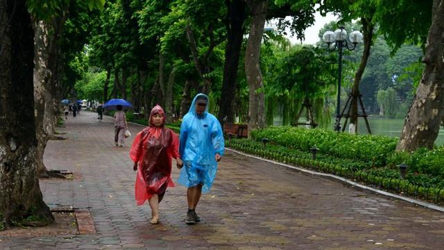 Người Hà Nội co ro trong gió lạnh đầu mùa