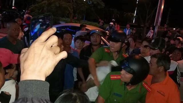Hàng trăm người dân hô hoán, hỗ trợ vây bắt đối tượng nghi bắt cóc trẻ em