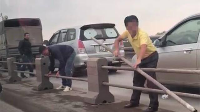 Nhiều tài xế tháo dải phân cách cầu Thanh Trì chạy trốn CSGT