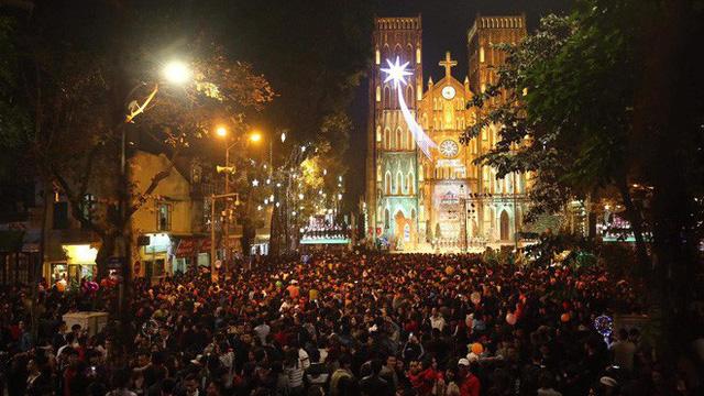 Giáng sinh 2017: Nhà thờ lớn Hà Nội chật cứng người, nhiều nơi tắc nghẽn