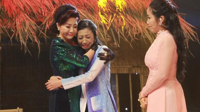 Bạn gái cũ Hoài Linh khóc nức nở trên sóng truyền hình