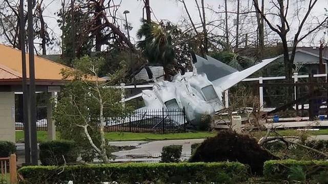 Máy bay 'chổng vó' sau bão Michael tại căn cứ Không quân Mỹ