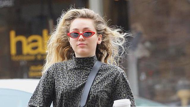 Miley Cyrus bị nghi đã mang thai con đầu lòng khi được bắt gặp đi sắm đồ em bé