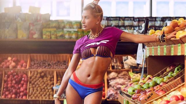 Hailey Baldwin khoe dáng gợi cảm trong siêu thị