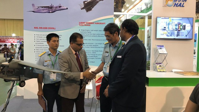 Ấn Độ muốn chào bán máy bay vận tải Do 228 và trực thăng Dhruv cho Việt Nam?
