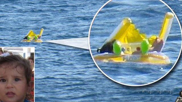Thấy vật lạ trôi nổi tưởng là búp bê, ông lão chạm vào mới nhận ra đứa trẻ bị dạt ra biển do bất cẩn của bố mẹ