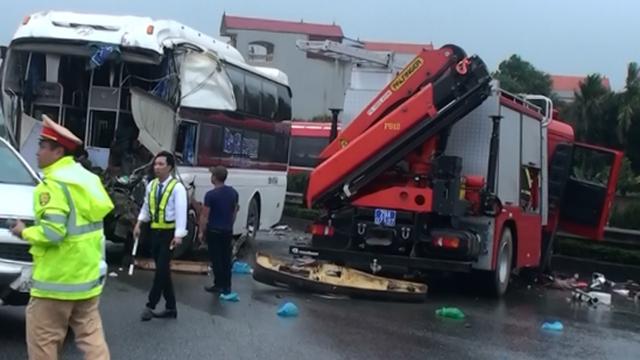 Tài xế ô tô khách đâm xe chữa cháy: Đánh lái né tránh có thể gây tai nạn liên hoàn