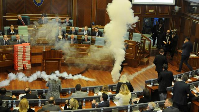 [VIDEO] Nghị sĩ đối lập Kosovo 'tung' lựu đạn hơi cay phá đám phiên họp Quốc hội