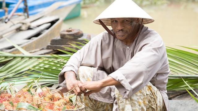 Mike Tyson đội nón lá, mặc áo bà ba bán trái cây ở Việt Nam