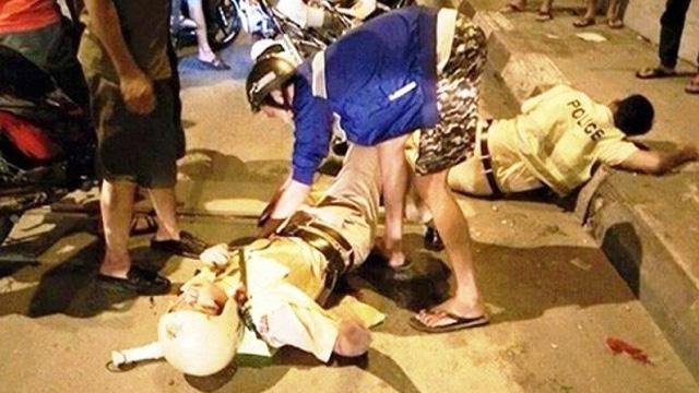 Bị yêu cầu dừng xe, nhóm thanh niên chém gần lìa ngón tay CSGT