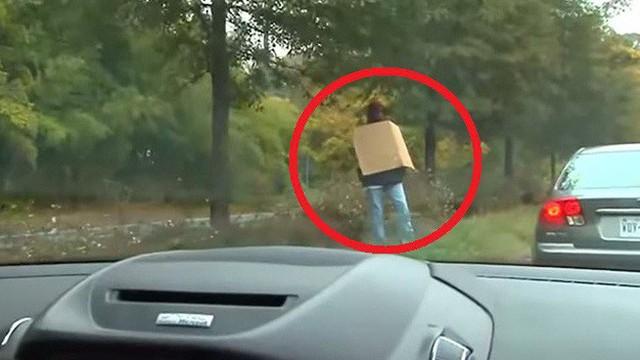 """Phớt lờ người đàn ông """"xấu xí"""" với tấm biển trên tay, nhiều lái xe lập tức gặp rắc rối"""