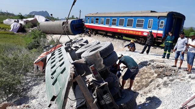 Triệu tập hai nhân viên gác chắn vụ tai nạn tàu hỏa khiến 10 người thương vong ở Thanh Hóa