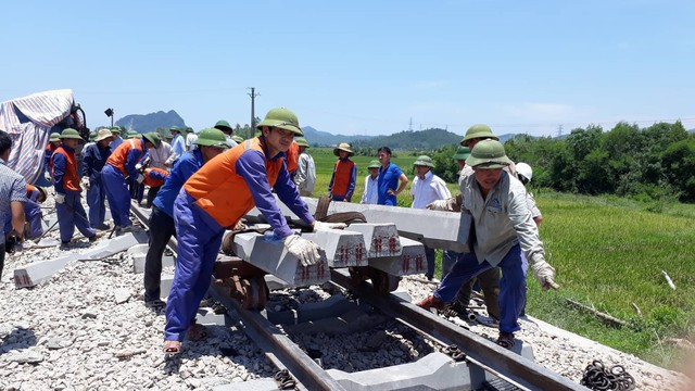 Khởi tố 2 nhân viên gác chắn tàu ở Thanh Hoá trong vụ tàu hỏa đâm xe ben