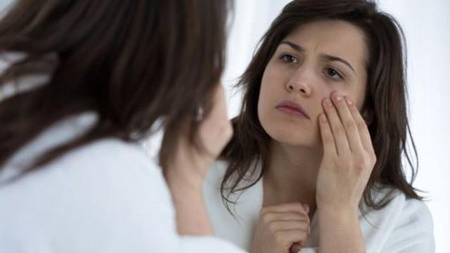 Nguyên nhân nào khiến mắt sưng vào buổi sáng?