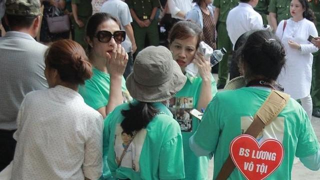Người dân mặc áo xanh, mang hoa tới phiên tòa xử BS Lương