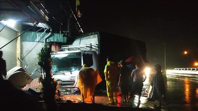 Xe tải lao vào nhà dân lúc rạng sáng, nhiều người thoát chết