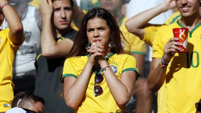 Bị sao Mexico móc máy, Neymar nhận lời động viên ấm áp từ bạn gái Bruna Marquezine
