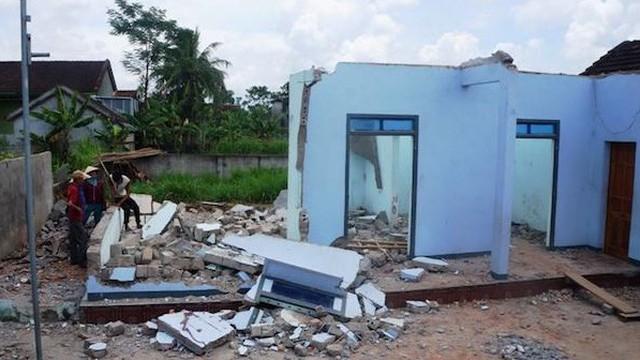 Đi phá tường nhà giúp hàng xóm, 2 người đàn ông bị tường sập đè tử vong