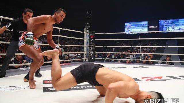 """Sau màn giơ ngón tay thối, """"Con hổ"""" làng Muay Thái hạ bầm dập võ sĩ Nhật Bản trong 1 phút"""