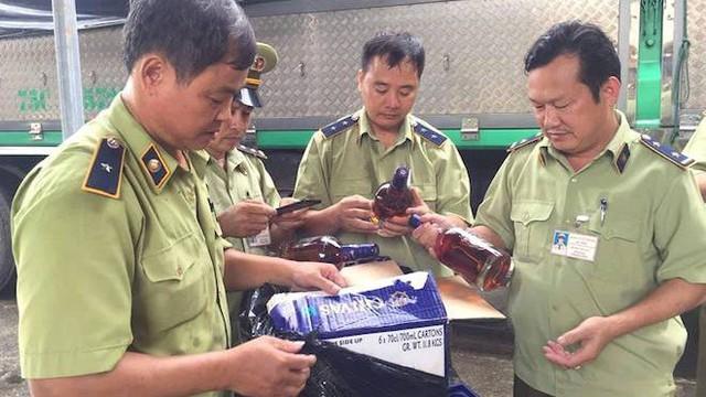 Kiểm tra xe tải, phát hiện hơn 400 chai rượu ngoại giả