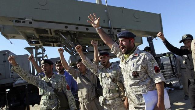 Eo biển Hormuz sẽ bị 100 tàu pháo Iran 'bu như kiến'?