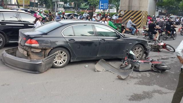 Vụ BMW đâm liên hoàn trước cổng Royal City: Nữ tài xế khai do vướng quai giày cao gót
