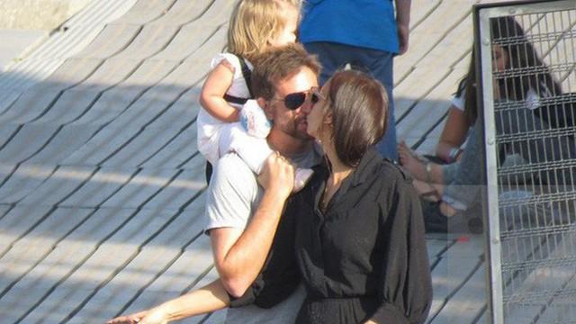 Bradley Cooper một tay chăm con cho Irina Shayk thảnh thơi dạo phố
