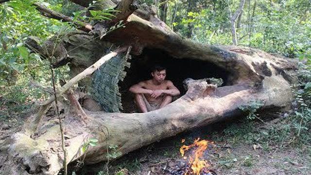 """Dù hơi xấu, đây vẫn là """"ngôi nhà cây"""" đơn giản mà chàng trai nay tạo ra từ tre và rơm"""
