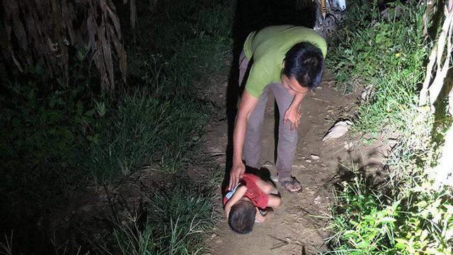 Thực hư câu chuyện bé trai phải ngủ ngoài đường khi bố mất, mẹ đi lấy chồng
