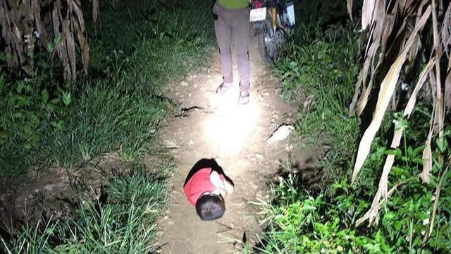 Có người nhận nuôi bé trai phải ngủ ngoài đường khi bố mất, mẹ đi lấy chồng khác