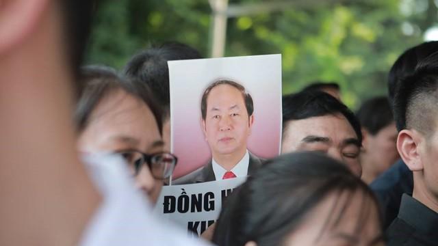 Nhân dân Thủ đô xếp hàng dài vào viếng Chủ tịch nước Trần Đại Quang