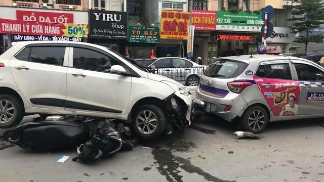 Ô tô con đâm gục hàng loạt xe máy trên phố Hà Nội, 3 người bị thương