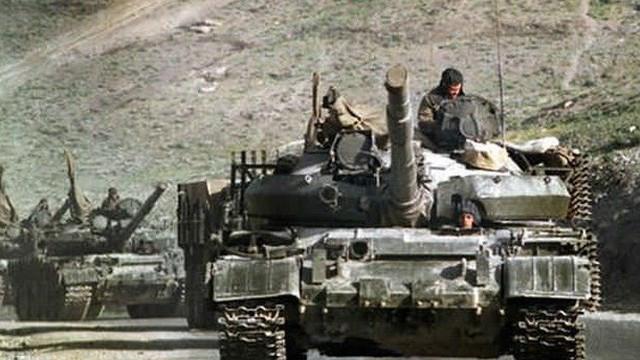 """1.000 xe tăng Nga cấp tốc """"cưỡi"""" tàu hỏa tới áp sát biên giới Ukraine: Moscow muốn gì?"""