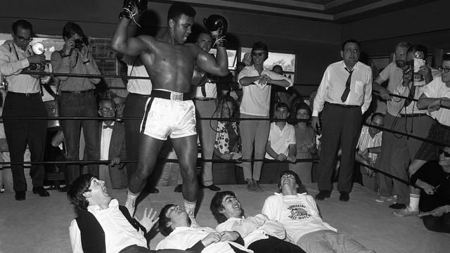 """Trên đường trở thành huyền thoại, Muhammad Ali từng nện The Beatles """"tơi tả"""""""
