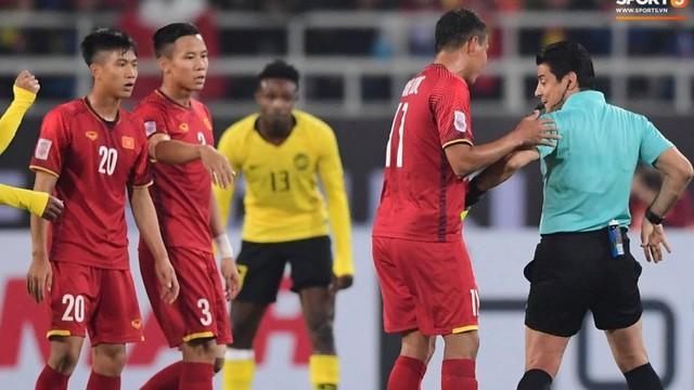 Bình xịt kì lạ đằng sau lưng quần các trọng tài tại AFF Cup 2018 dùng để làm gì?