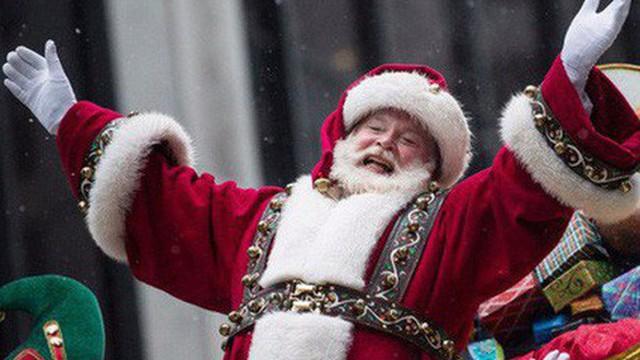 10 nguồn gốc thú vị của những tục lệ truyền thống trong lễ Giáng sinh: Hôn nhau dưới cây tầm gửi, treo tất cạnh lò sưởi, giấu dưa chuột muối trong cây thông…