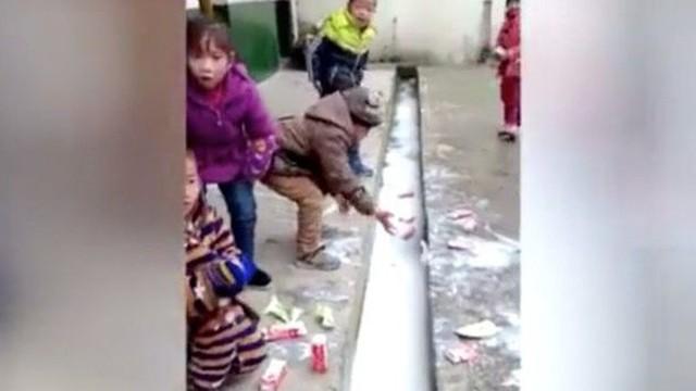 Trung Quốc chấn động vì trẻ đổ sữa học đường xuống cống, công ty sữa bị điều tra
