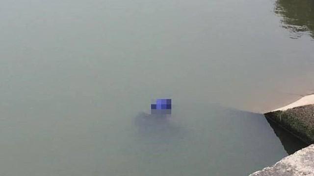 Phát hiện thi thể người đàn ông đội mũ bảo hiểm nổi lập lờ trên mặt nước