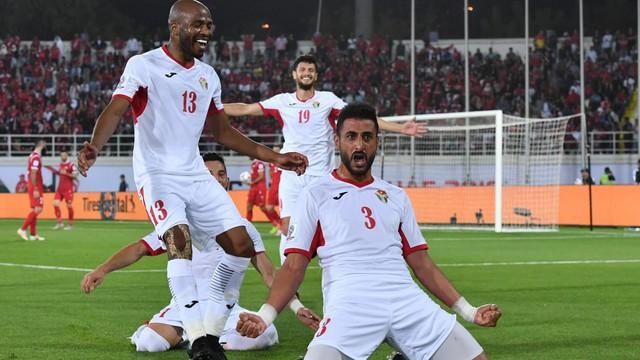 """Không phải các """"đại gia"""", đội 2 lần hòa Việt Nam giành tấm vé vòng 1/8 Asian Cup đầu tiên"""