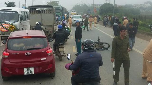 """""""Đấu đầu"""" ô tô, 2 người đi xe máy tử vong thương tâm ở Hà Nội"""