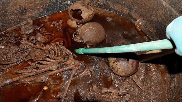 """Phát hiện khảo cổ """"dị"""" nhất 2018: Quan tài nặng gần 30 tấn chứa hài cốt, chất lỏng kỳ lạ"""