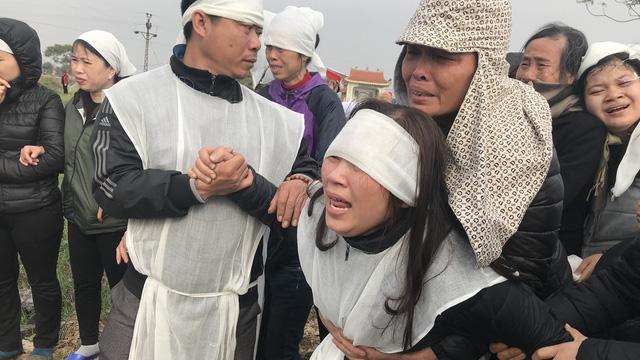 Vụ tai nạn 8 cán bộ xã tử vong: Xót xa cảnh 5 nấm mộ cạnh nhau trong bán kính 100 mét