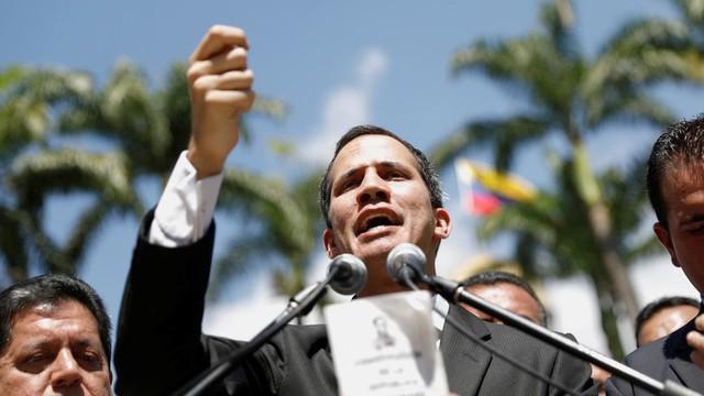 """Caracas chấn động, ông Trump thừa nhận và """"ủng hộ mạnh mẽ"""" Tổng thống lâm thời tự xưng của Venezuela"""